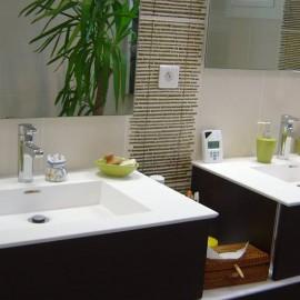double vasques suspendu , meuble central , faience et decor bambou  douche italienne ,paroi fixe, radiateur seche serviette  , conception et installation de la salle de bain  bedouret-renovation 31270 cugnaux
