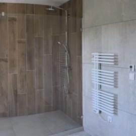 salle de bain imitation parquet dans la zone de douche italienne , colonne de douche carrelage gris ,pierre ,paroi fixe ,  rénovation et installation de la salle de bains  bedouret-renovation 32000 Gers artisan